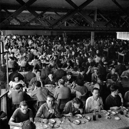 Robert doisneau photographe humaniste son oeuvre for Emploi cantine collective